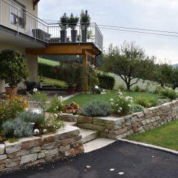 Vorgarten mit Steinmauer