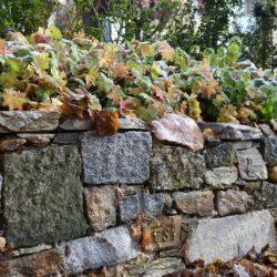 Trockenmauer aus gebrauchten Steinen