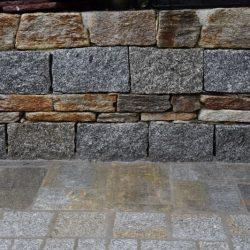 Natursteinmauer mit Material Kombinationen